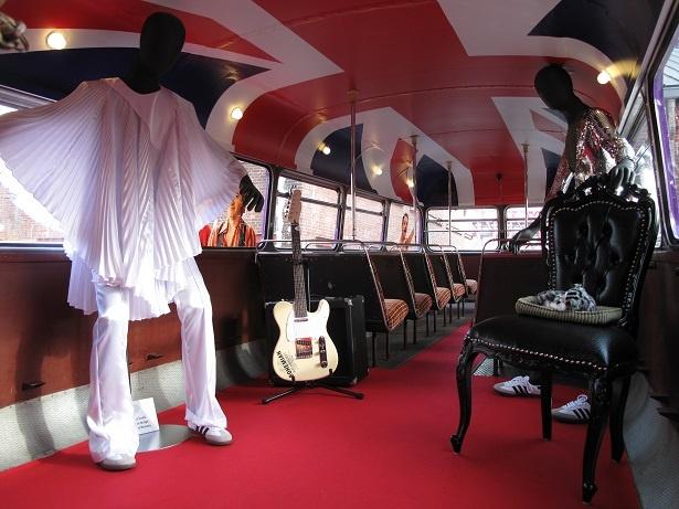バス車内にはクイーンゆかりのものが展示されている(2階部分)