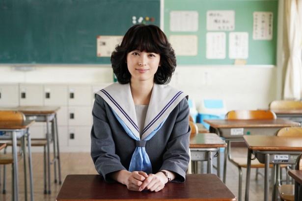 清野菜名演じる赤坂理子は聖子ちゃんヘアがトレードマーク