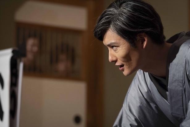 【写真を見る】老成した落語家を色気たっぷりに好演する岡田将生。色気がスゴイ!