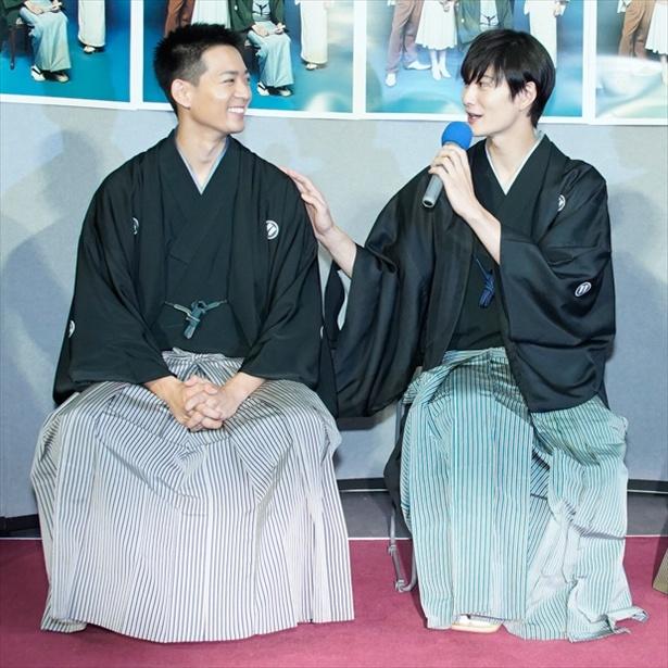 会見に出席した岡田将生(右)と竜星涼
