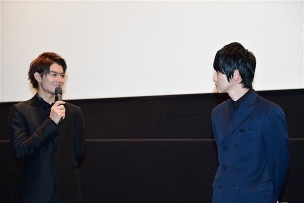 【写真を見る】舞台上で笑顔で向かい合う佐野&本郷。先輩・後輩の信頼関係がにじむ!