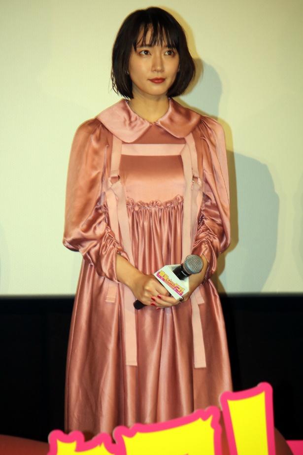 【写真を見る】吉岡里帆はフェミニンなピンクのワンピースで登壇