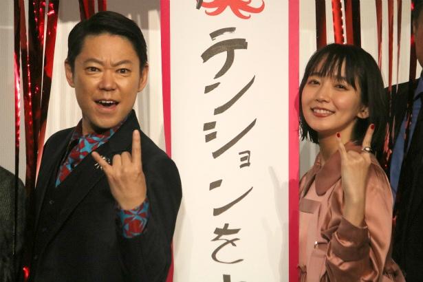 ポージングする阿部サダヲと吉岡里帆