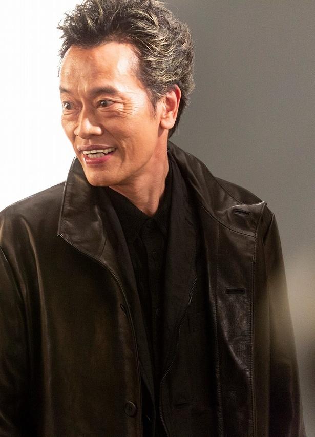 中島健人主演「ドロ刑-警視庁捜査三課-」のポスター撮影に臨んだ遠藤憲一