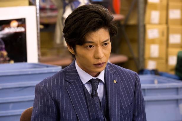 田中圭演じる司法書士事務所・伊武努には元極道という一面も