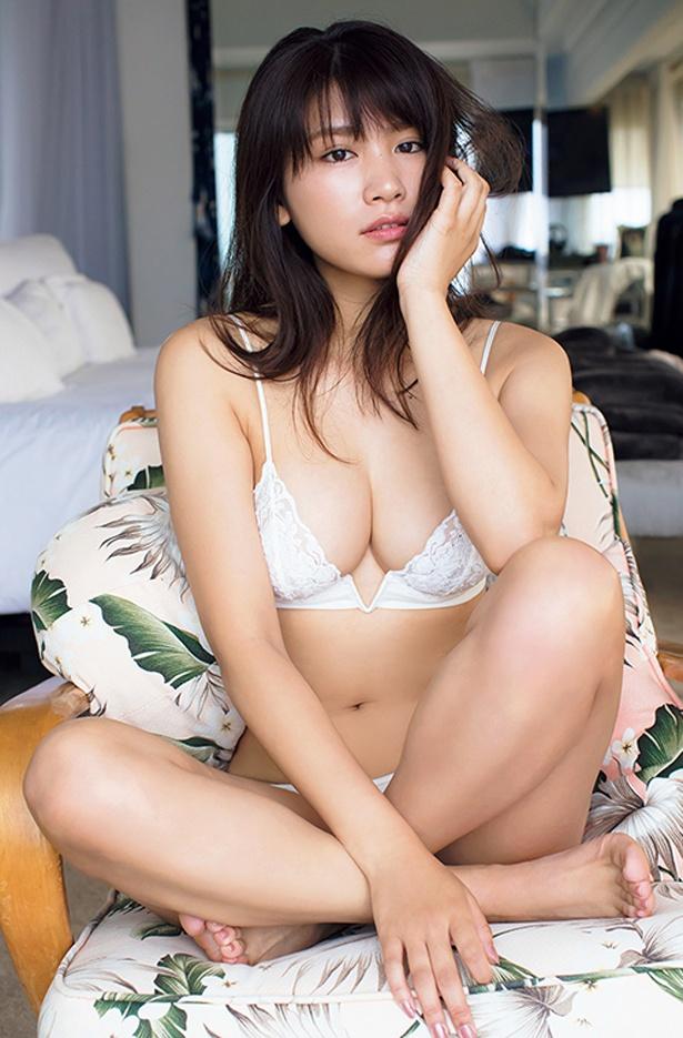 【写真を見る】大人っぽくなった久松郁実の魅力が詰まった写真集には、普段は見せないランジェリー姿も