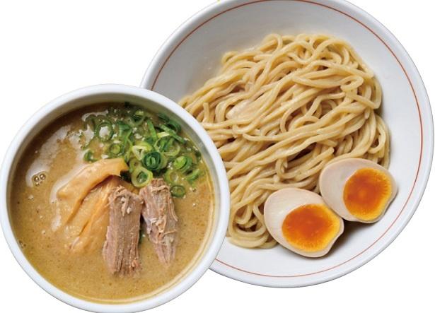 ラーメンは中細、つけ麺は極太と麺が使い分けられている。味玉つけ麺864円