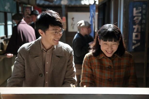 【写真を見る】もはや懐かしい福子&萬平ほのぼの初デート!この笑顔をもう一度見られる日は来る?