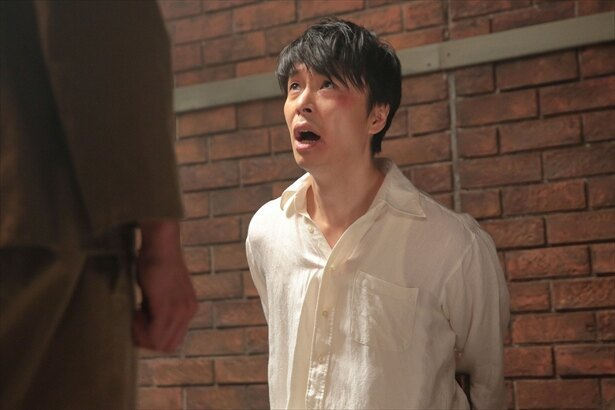 第13回(10月15日放送)シーンより。萬平(長谷川博己)は身に覚えのない罪で拷問のような取り調べを受ける…