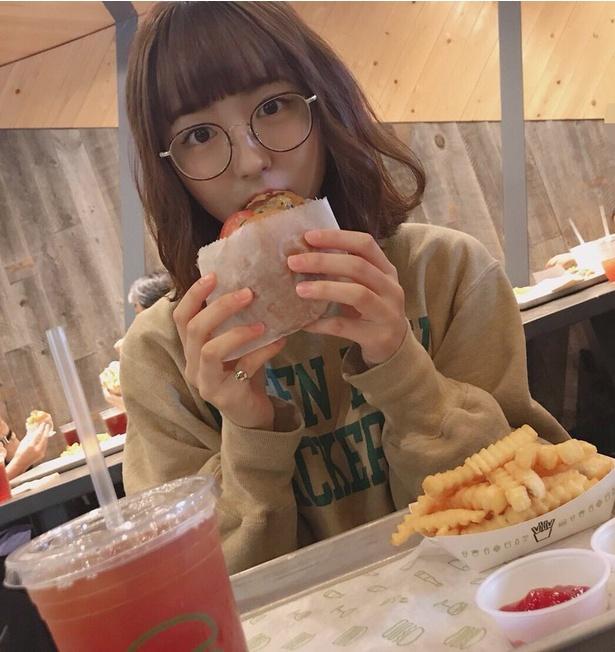 ハンバーガーを頬張る浜崎香帆