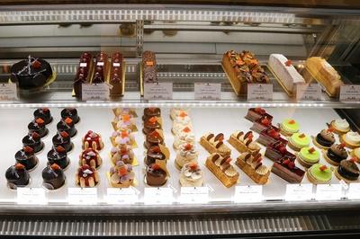 そのほか店内には、彩り鮮やかなケーキやチョコレートが並ぶ