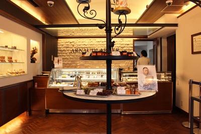 店内1階には、フランスで大人気のケーキをはじめ、マカロンや焼き菓子、ショコラなど、2階のキッチンでできたてのスイーツが目白押し