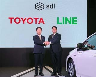 互いに手を取り合うトヨタ自動車の山本常務役員(左)とLINEの舛田取締役CSMO(右)