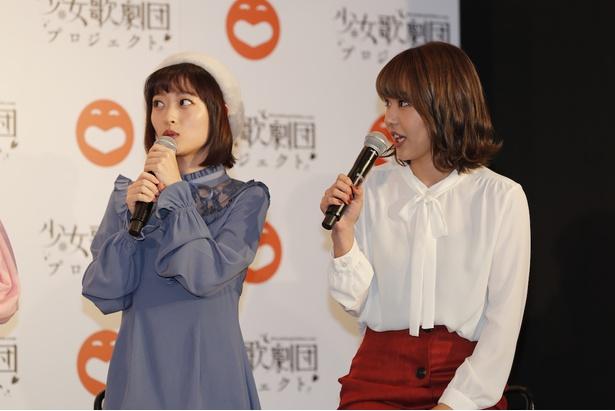 三秋里歩さん(写真左)と門脇佳奈子さん