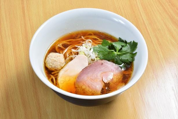 【写真を見る】「阿波尾鶏」や「にいがた地鶏」からスープを取り、新潟県産醤油「郷土の実り」をブレンドした特製ダレで味付けした「地鶏らぁ麺 とり醤油」(770円)