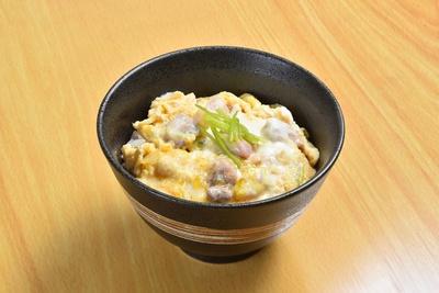 ラーメンと一緒に楽しみたい「地鶏親子丼」(480円)