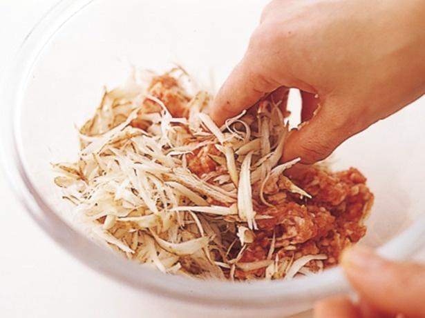 【写真を見る】ささがきごぼうをひき肉に混ぜてボリュームアップ。ごぼうの風味が煮汁に移ってほかの具もウマイ!