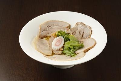 【写真を見る】あっさり派もチャーシューをたっぷり楽しめる肉そば950円