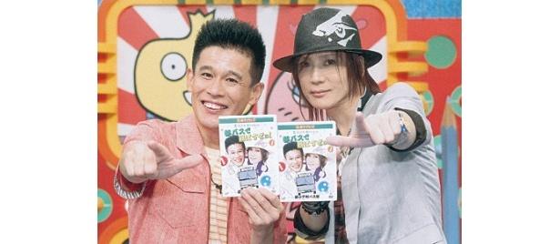 DVD発売イベントの感想を語り、決めポーズをとる柳沢慎吾と京本政樹(写真左から)