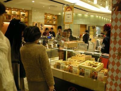 「いろは堂 ecute立川店」はおやきを買う人で混みあう