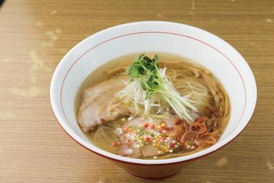 「地球の中華そば」の塩そば(830円)。透明なスープは、地球のように広大な味の広がりを感じられる。
