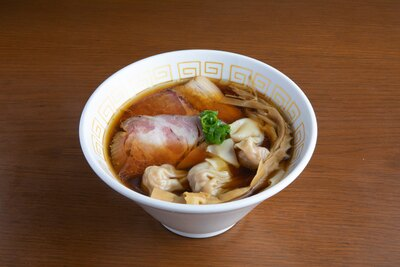 【写真を見る】「海老ワンタン醤油らぁ麺」(1,000円)。プリプリのエビに、シャキっとした歯ごたえが楽しいワンタンも絶妙
