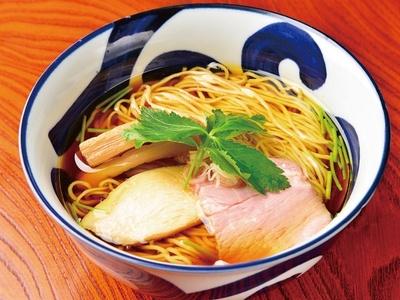 【写真を見る】見た目も美しい、看板メニューの「醤油らぁ麺」(800円)