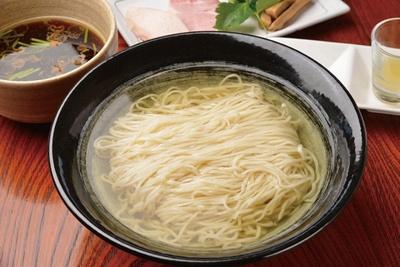 小麦の香りを重視して作られた自家製麺を使用。「醤油つけ麺」(900円)