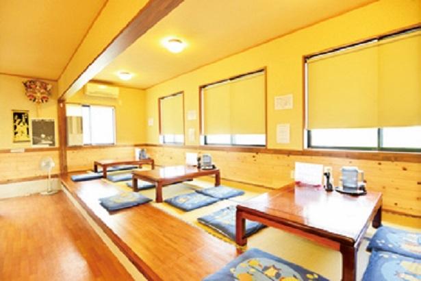 座敷席もあり店内はゆったりとしている。カウンターの向こうに清潔感ただようオープンキッチンが広がる