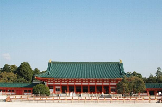 【写真をみる】白砂に映える朱塗りの大極殿/平安神宮