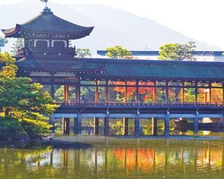 社殿の周囲には明治を代表する池泉回遊式庭園「神苑」が/平安神宮