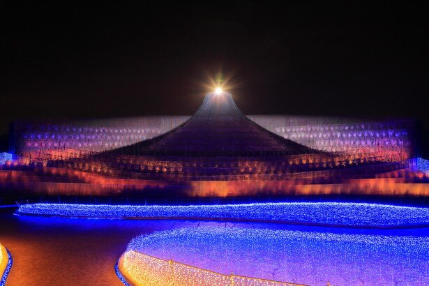 【写真を見る】ダイアモンド富士をイルミネーションで再現!そのスケールと美しさに息をのむ…!!