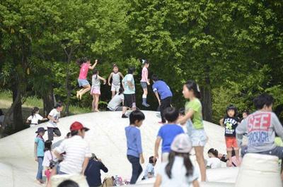 「こどもの森」にある、日本最大級の巨大なトランポリン「雲の海(ふわふわドーム)」。小さい子どもも利用できる