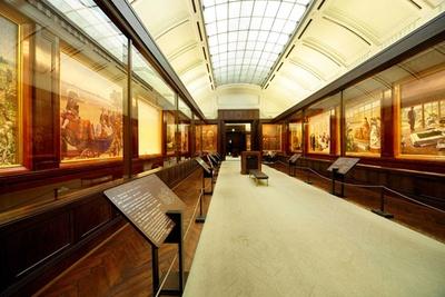 聖徳記念絵画館には、明治天皇の生誕から崩御まで描かれた壁画も展示されている