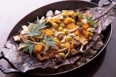 鉄板で蒸し焼きしたサーモンとシメジを西京味噌で味付けされたアトランティックサーモンと秋野菜の朴葉焼き/リーガロイヤルホテル京都 オールデイダイニング カザ