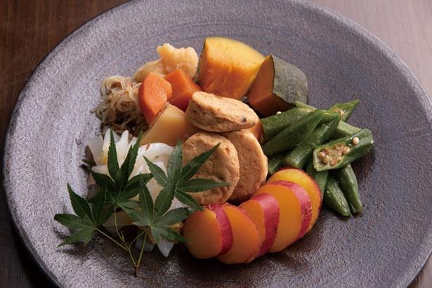 カツオなどのダシで炊いた京都らしいおばんざい。カボチャ、オクラ、がんもどきなど、常時6種ほどそろう/リーガロイヤルホテル京都 オールデイダイニング カザ