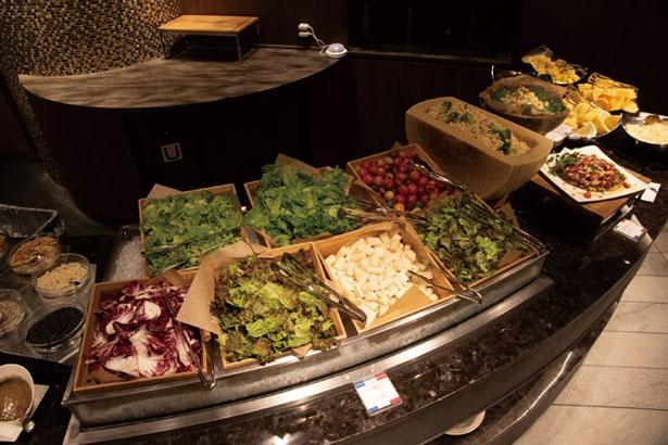 サラダコーナーは、下から冷気が上がるようになっていて鮮度をキープする/リーガロイヤルホテル京都 オールデイダイニング カザ