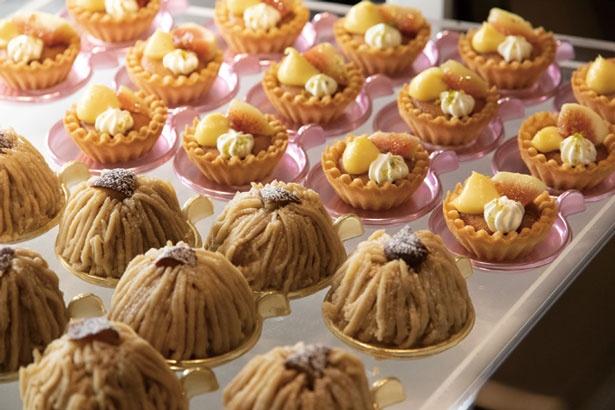 デザートコーナーの秋スイーツはモンブラン、塩キャラメルのムース、水まんじゅうなど約15種/リーガロイヤルホテル京都 オールデイダイニング カザ