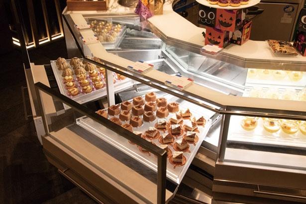 マルジョレーヌなど、低温でキープしたいスイーツは、冷蔵のショーケースに並ぶ/リーガロイヤルホテル京都 オールデイダイニング カザ