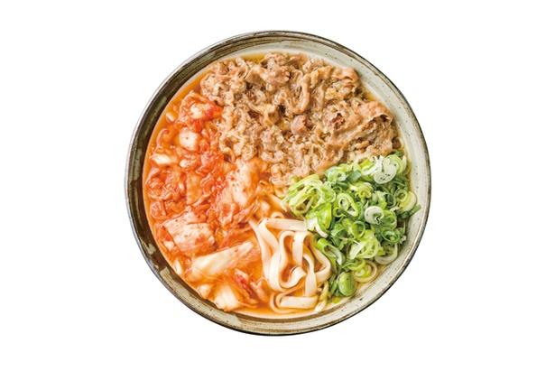 裕英うどん / 「肉キムチ」(700円)。主張しすぎないが甘味が染み渡る牛肉、程よい酸味のキムチの好相性で人気No.1。麺は平打ちながらモッチリ
