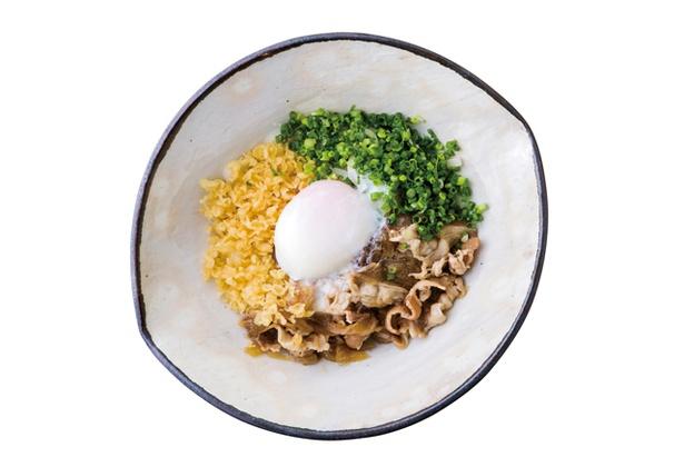 うどんと鶏めし 福すけ / 「肉玉ぶっかけうどん」(842円)。男性人気No.1メニュー。ぶっかけうどんにはヒキが強く、喉越しのよい細麺を使用。冬のみ温かい麺も選べる