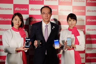 株式会社ドコモCS関西・代表取締役の高原幸一による最新機種とのフォトセッション