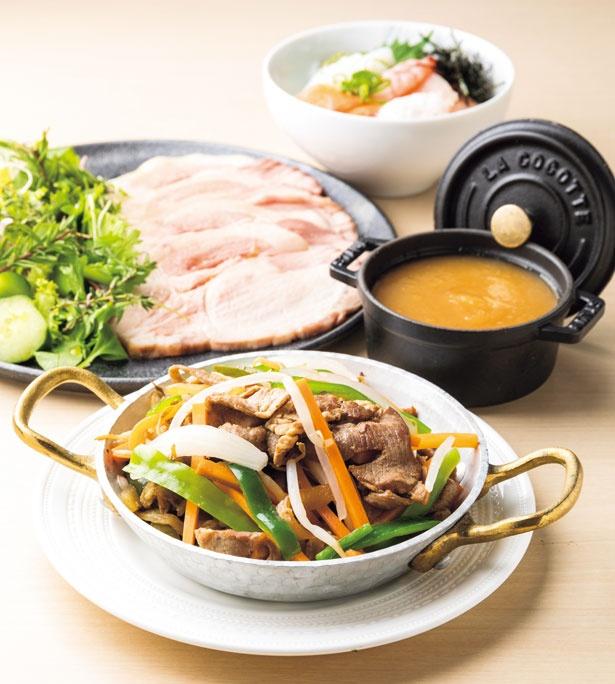 ジューシーなラム肉を使ったジンギスカン(手前)/大阪マリオット都ホテル ライブキッチン「COOKA」