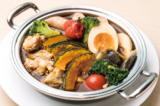 【写真を見る】季節の野菜とチキン、ソーセージ、卵が入った北海道名物スープカレー鍋。スパイシーでこれからの季節にぴったり/大阪マリオット都ホテル ライブキッチン「COOKA」