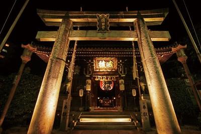 博多旧市街ライトアップウォーク 千年煌夜 / 境内のにぎわい広場では、博多の人気屋台も楽しめる