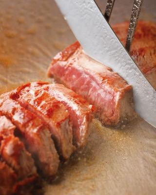 牛の肩甲骨付近に当たる「ミスジ」を使っていて柔らかいのが特徴。おろしポン酢に好みでガーリックチップを/京都ホテルオークラ トップラウンジ オリゾンテ
