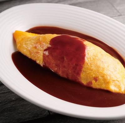 【写真を見る】ランチ限定のオムライスはライブコーナーで。卵の中には隠し味に福神漬けが使われ、さっぱり/京都ホテルオークラ トップラウンジ オリゾンテ