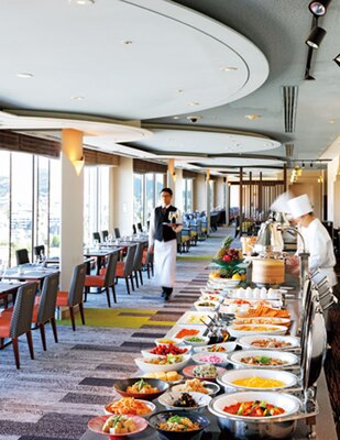 窓側にテーブル席、壁側に料理がズラリと並ぶ/京都ホテルオークラ トップラウンジ オリゾンテ