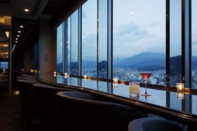 全長約60mにわたる窓側の席から、四季折々の表情を見せる鴨川や東山が眺められる/京都ホテルオークラ トップラウンジ オリゾンテ