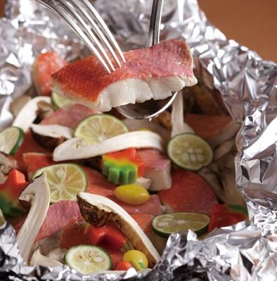 「松茸と白身魚の香封ホイル焼き」。松茸の風味がふわりと広がり、スダチの酸味と苦味も程よく絡む/ホテルグランヴィア京都 カフェレストラン ル・タン